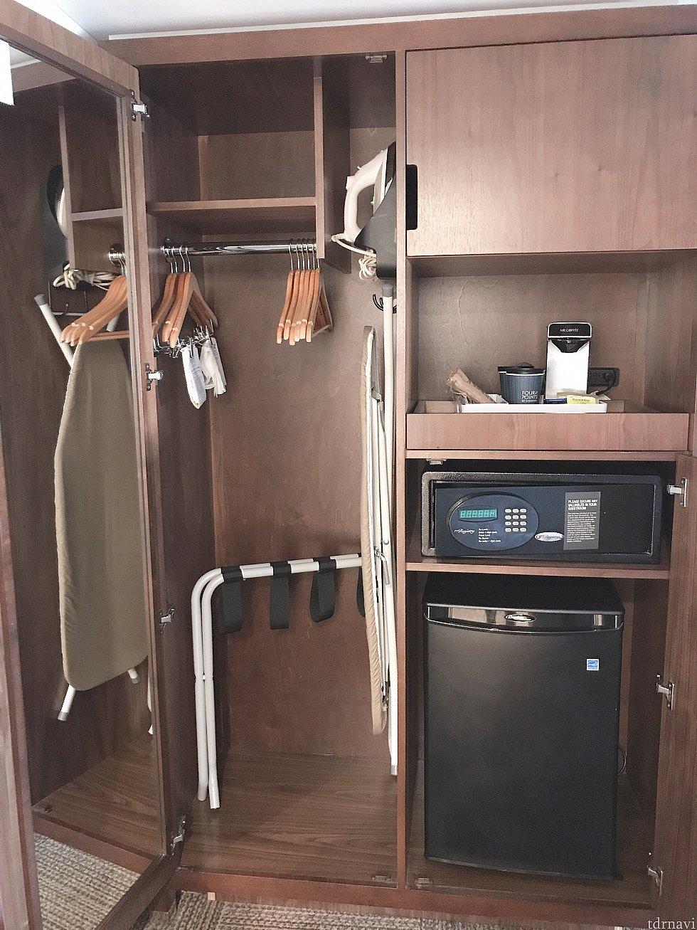 クローゼット。ハンガーは多めにありますがそんなに広くはないです。アイロン台とアイロンがあります。右上の棚は枕が入ってました。 コーヒーメーカー、金庫、冷蔵庫があります。