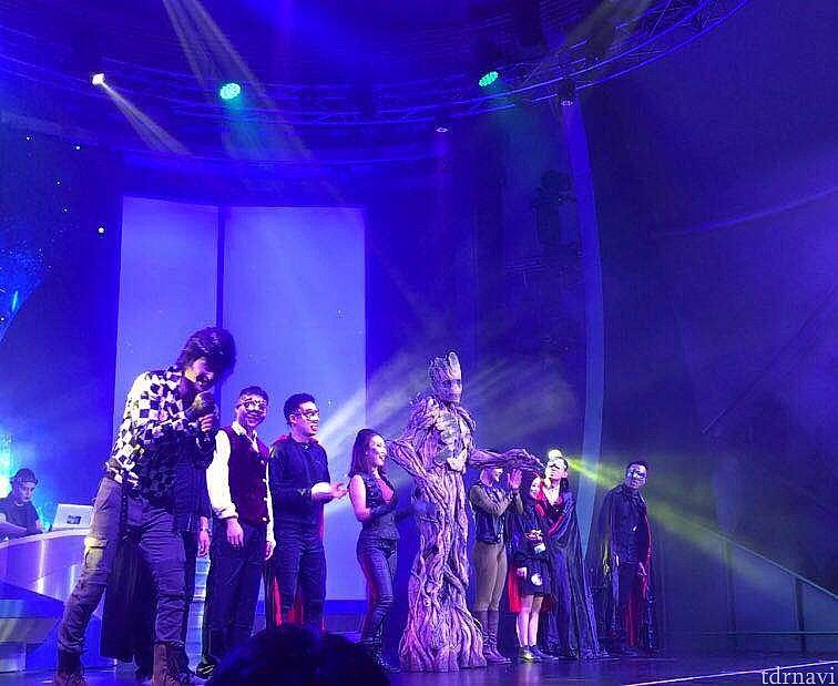 MCが出て来て事前に選ばれたゲストを舞台にあげてダンスさせたり、ヘン顔をさせたり盛り上げます。