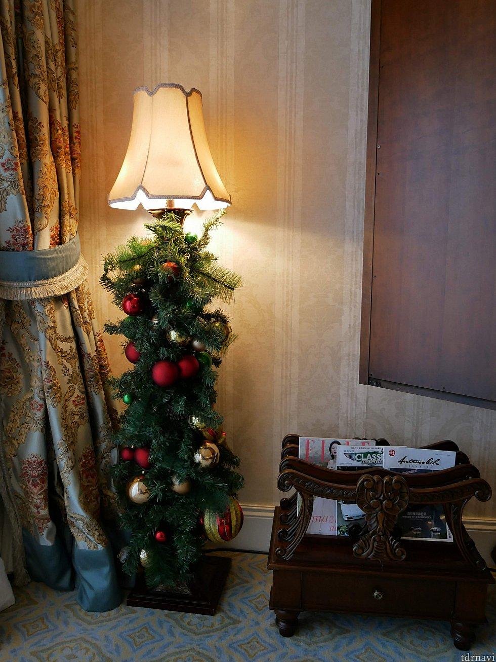 クリスマスツリーとマガジンラック。横の扉はTVです。