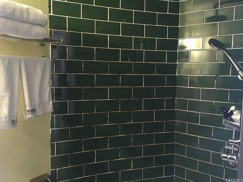 シャワー。なお、こちらのユースホステルにタオルが置いてありますが、交換は毎日ではないようなのでご注意ください。