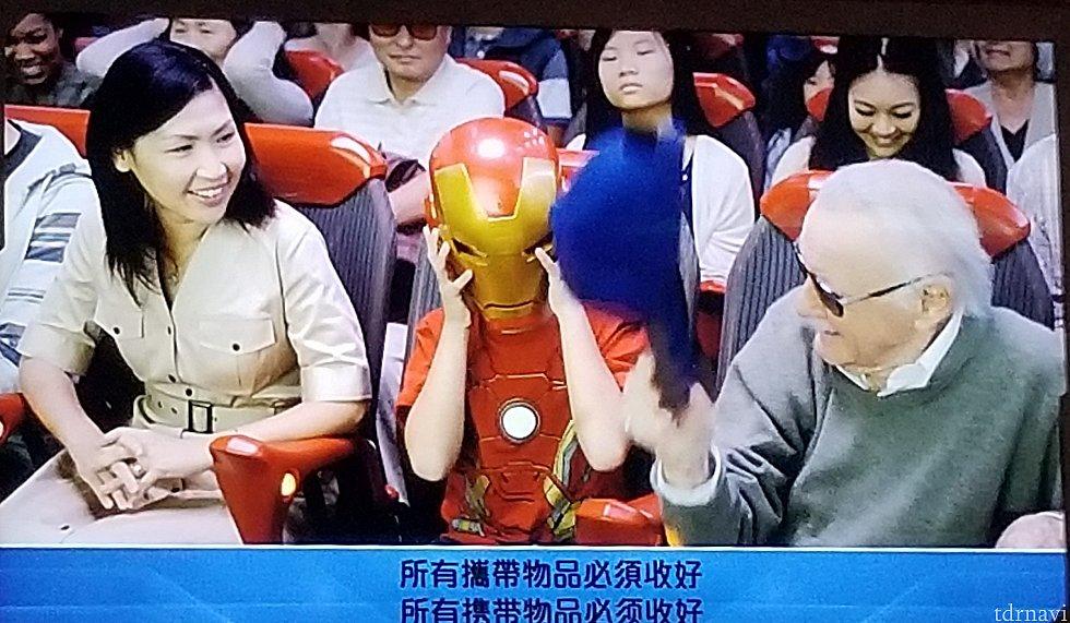 リー氏は帽子を脱ぎ、リトルアイアンマンはヘルメットを脱ぎ...