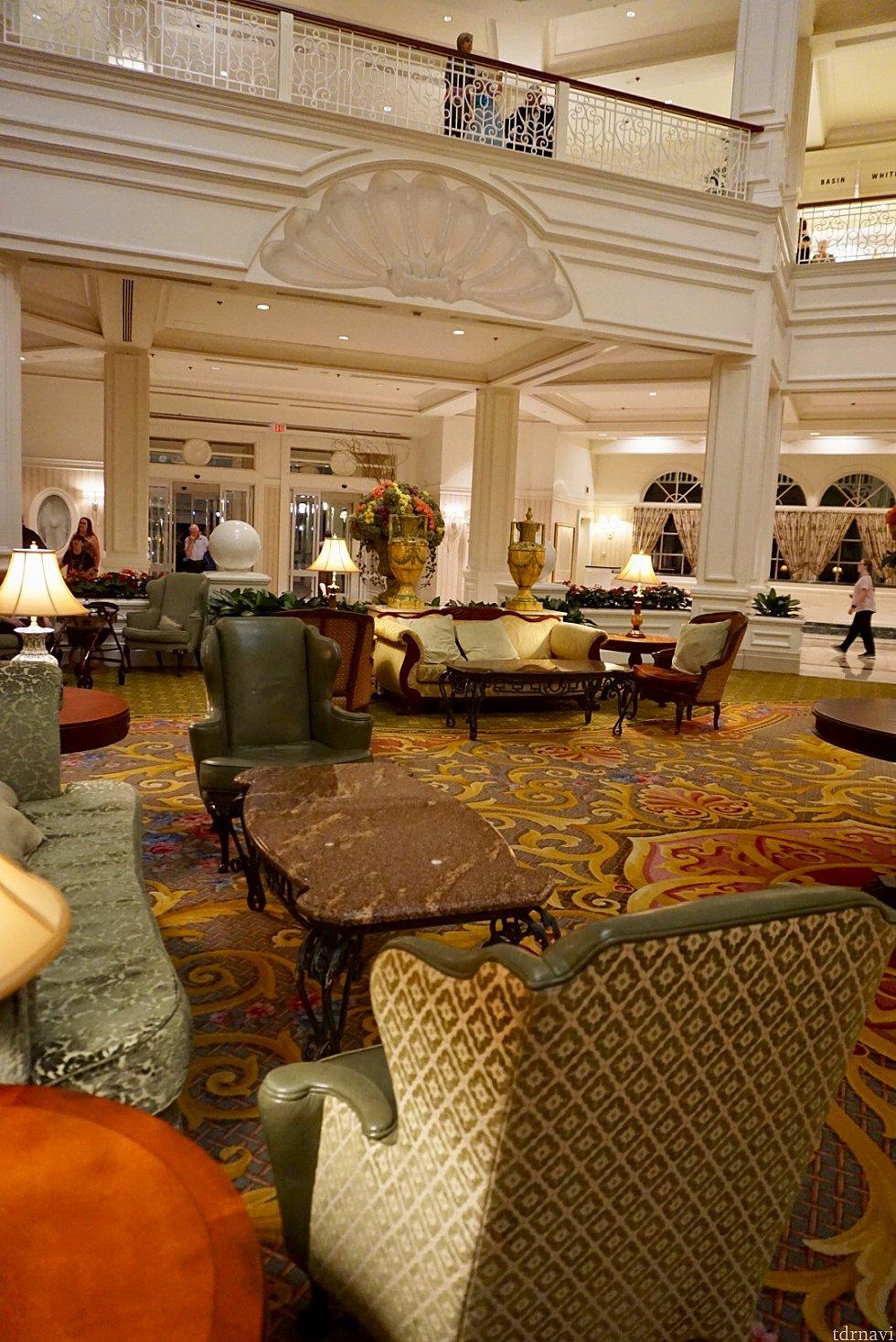 ハネムーンカップルに人気のこのホテル。隣接のシンデレラ城が見えるチャペルから、カボチャの馬車に乗れるウェディングは日本人カップルに人気だとか。