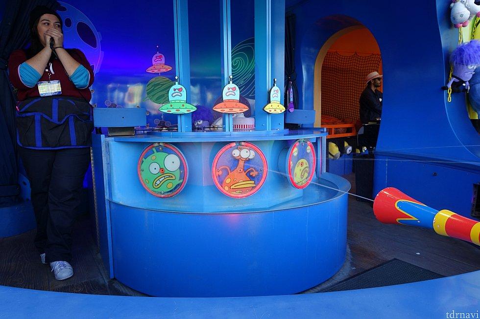 映画ではボールが発射されるゲームでしたが、こちらは水鉄砲で的に水を当てるとUFOが上に上がっていき、一番最初にゴールした人に景品が渡される内容でした。