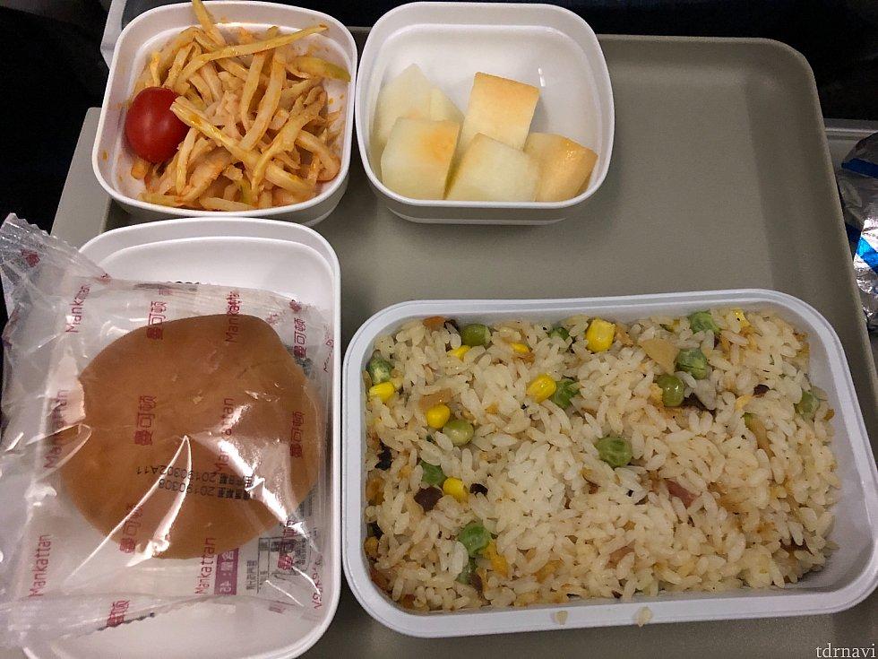 帰りの機内食です。チキンを選びました。