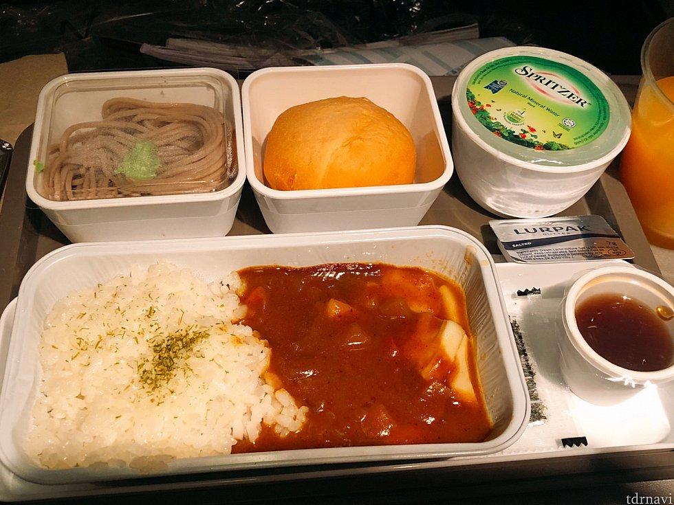 帰りの機内食。シーフードカレー