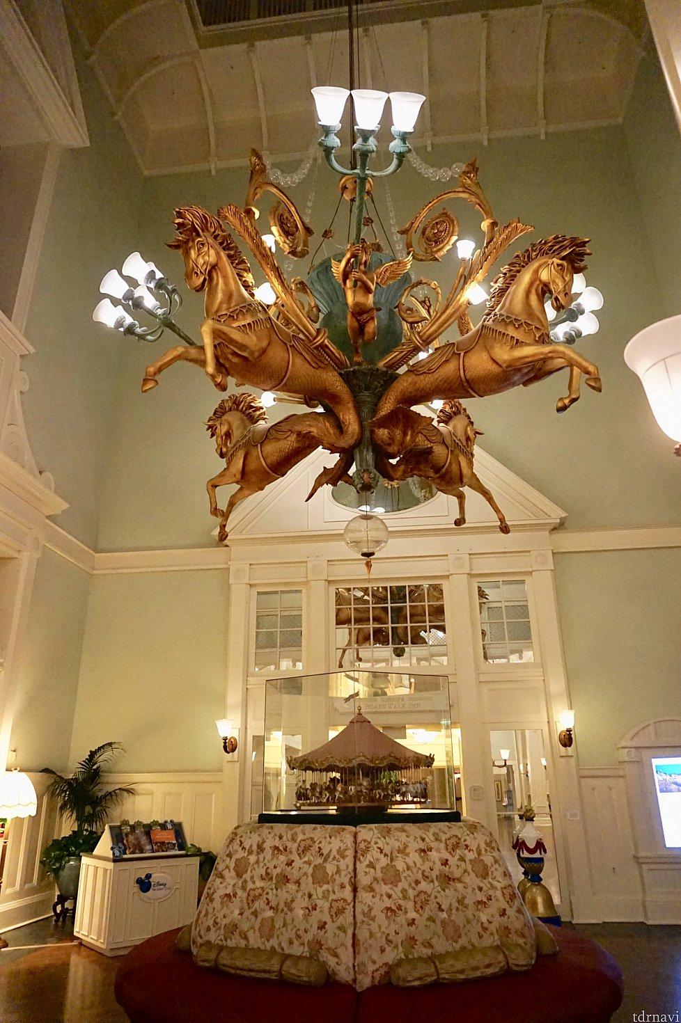 ホテルの入口にはこんな素敵なシャンデリア。メリーゴーランドのミニチュアがお出迎えしてくれます。