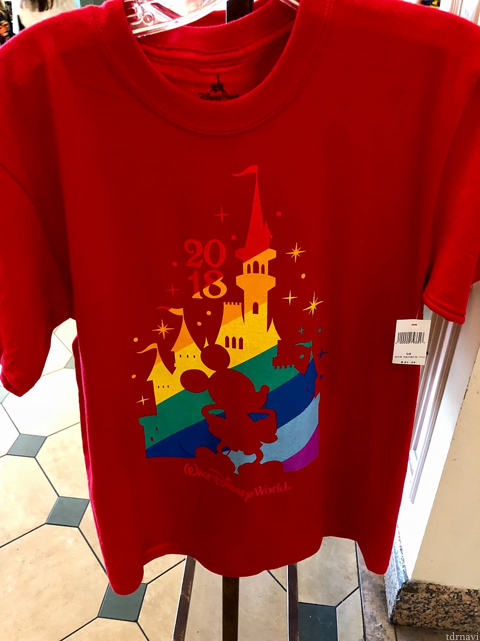 キャッスル、ミッキー、レインボー、赤い生地、2018のロゴ。正にこのイベント用に作られたTシャツですね。僕の見た午後には子供用しか残っていませんでした。パークで着ている方は多かったです。$21.99