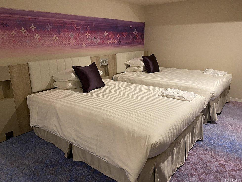 大きなベッド。壁がちょっとファンシーな感じです。