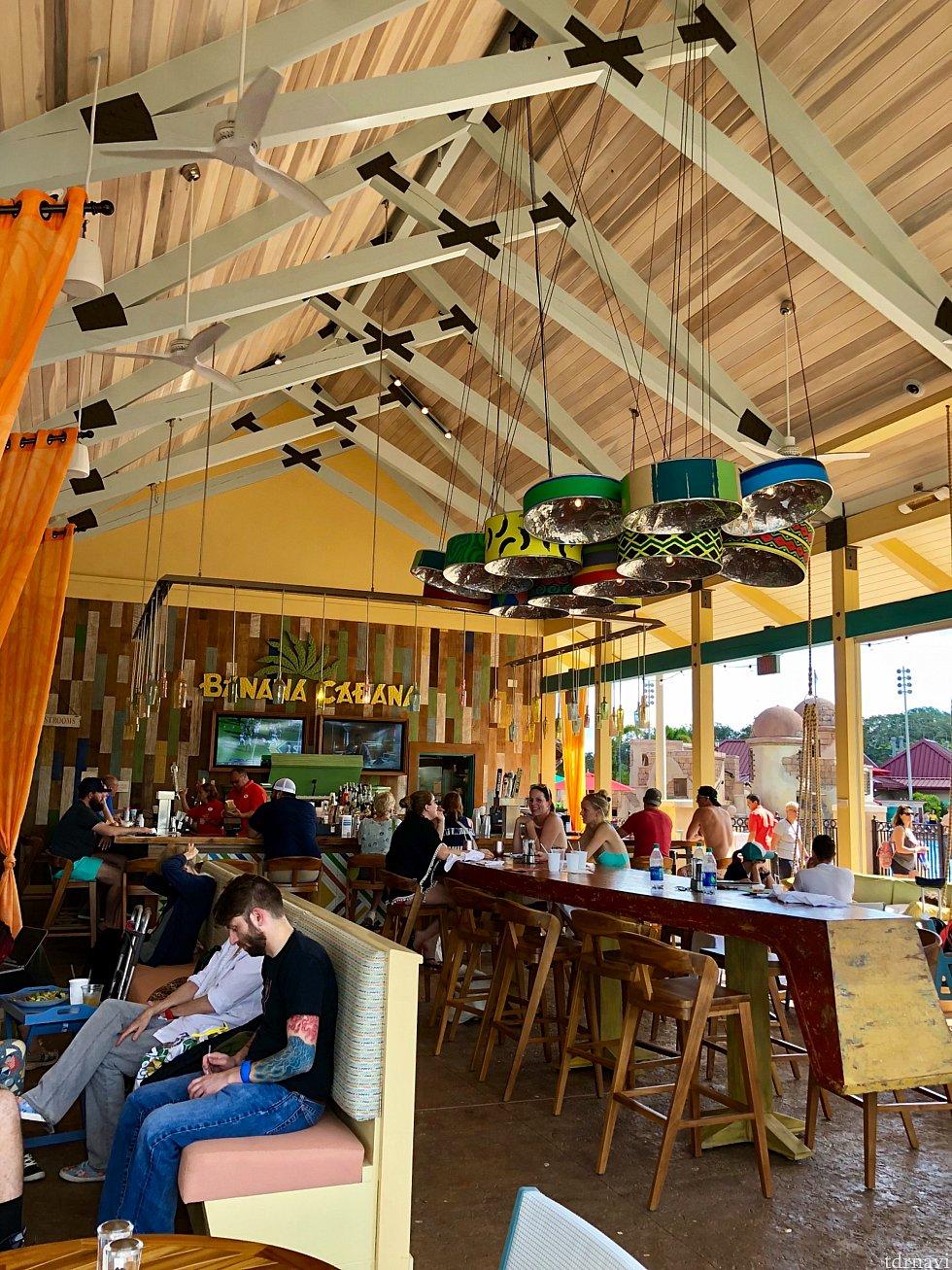 プールサイドに面し、レストランに隣接しているバーも楽しそうな雰囲気。よりカリビアンテイストがあって良いですよね!