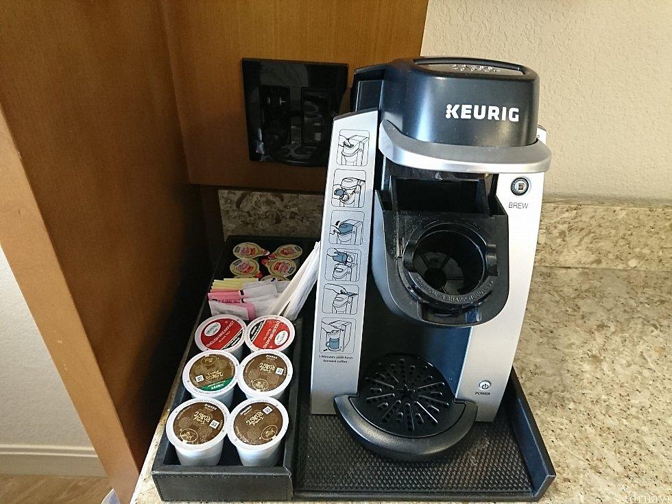 コーヒーメーカー。コーヒーのほか紅茶もありました。デカフェのコーヒーも。使った分は補充されていました。