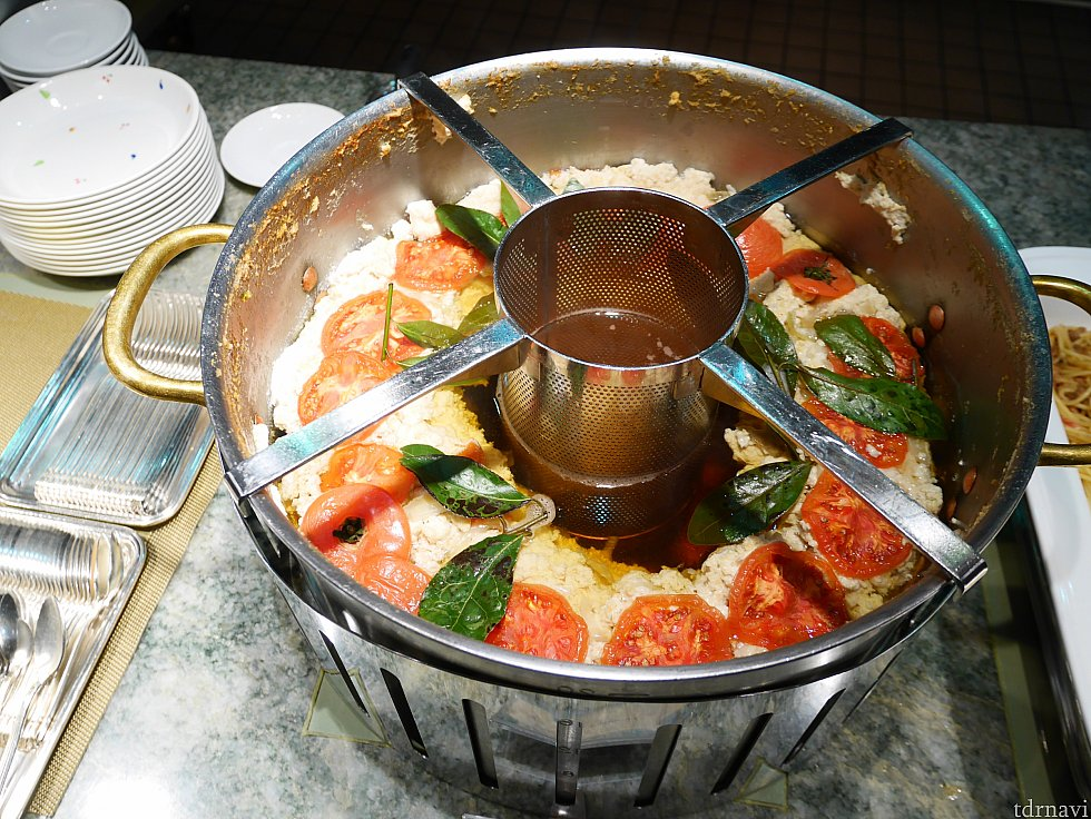 【スープ】コンソメスープ。見た目に惹かれて頼みました。周りのトマトなどは具ではなく、中央の丸いところからスープだけをよそってくれます。 トマトは旨味成分が豊富❗いい出汁が出てました❤