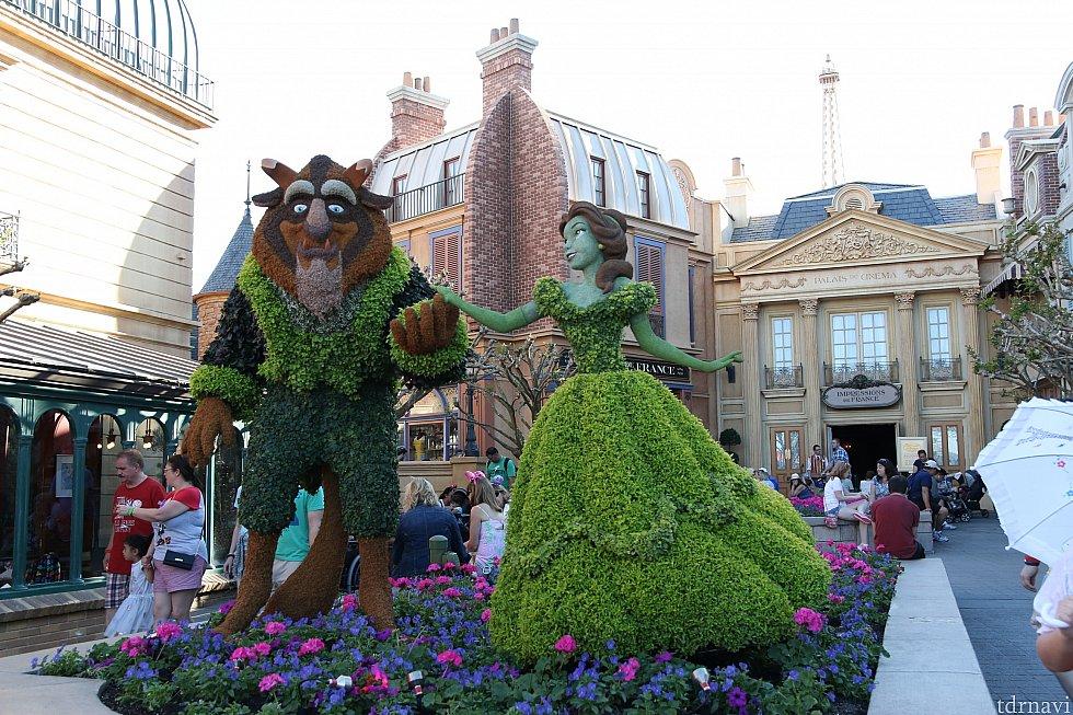 フランス館前は美女と野獣!人気がありました!