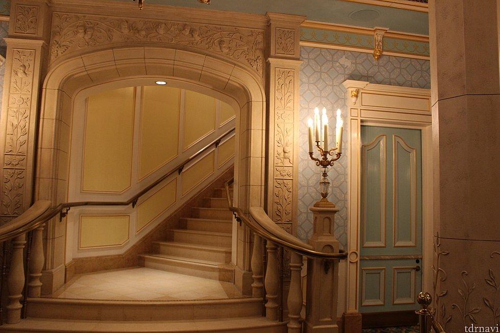 この階段を上がって二階へ。