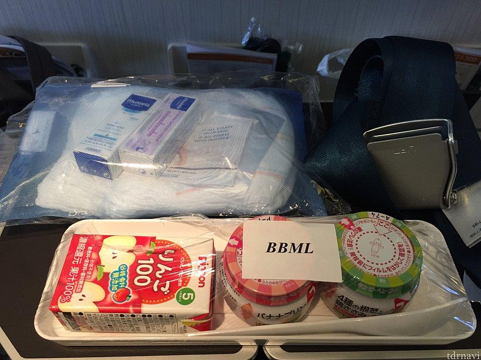 往路のベビーミール😋 日本発なのでキューピーのものでした! 4種の根菜と鶏ささみ、バナナプリン、りんごジュースのセット🤗 なかなか豪華✨✨ オムツが入ったポーチもなかなか使えそうで嬉しい💕