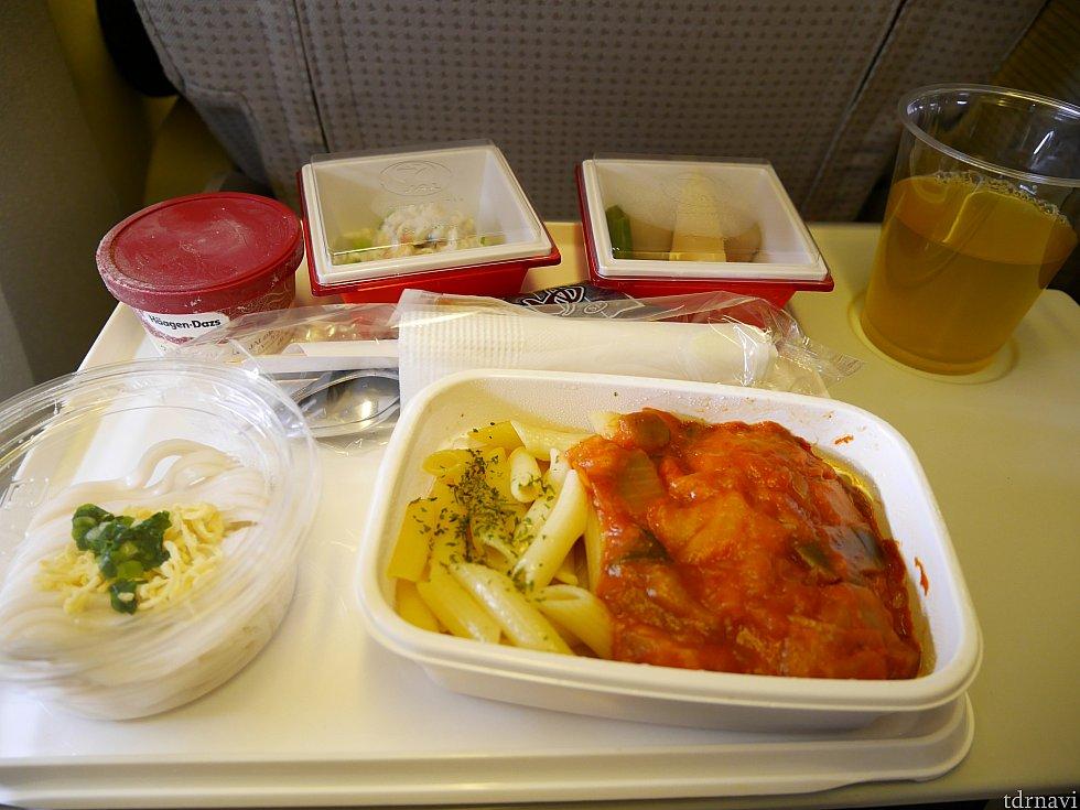 【JAL】機内食。深夜便だとリズムが崩れる可能性もあるので、初めてはのんびり昼間の便で!香港はディズニー以外も魅力がいっぱいなので3泊4日しました。