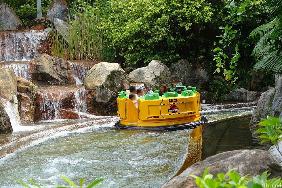 最初は穏やかな川下りなんですが、途中からトラブルで激流に!