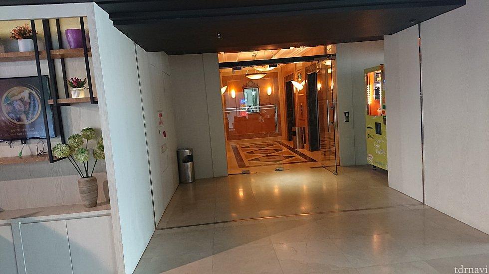 フロントのエレベーター