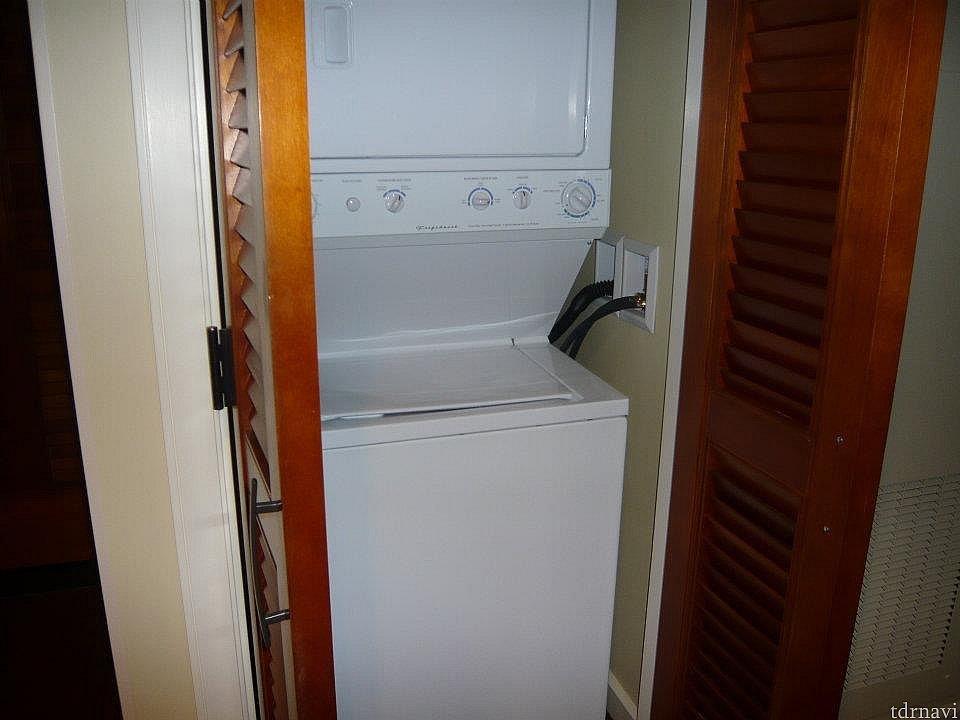 部屋に洗濯機と乾燥機付きです。