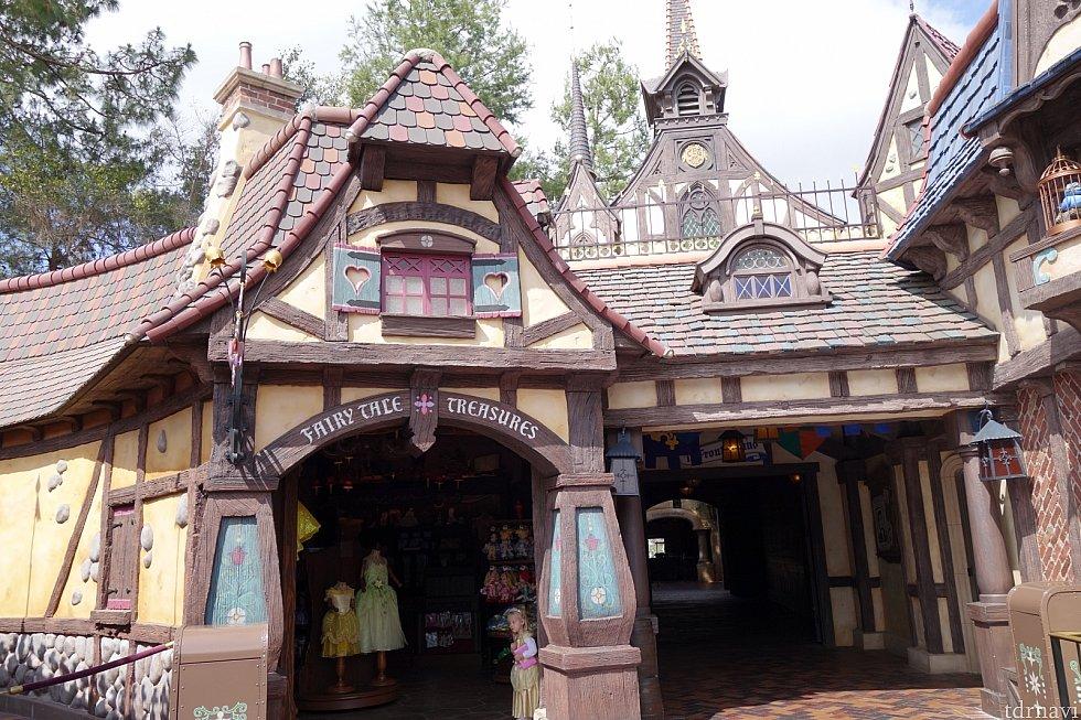 【番外編1】ロイヤルホールの左手に進むと「Fairytale Treasures」というプリンセスのドレス専門店があります。また別途、ファンタジーランド内にビビディ・バビディ・ブティックもありますよ。