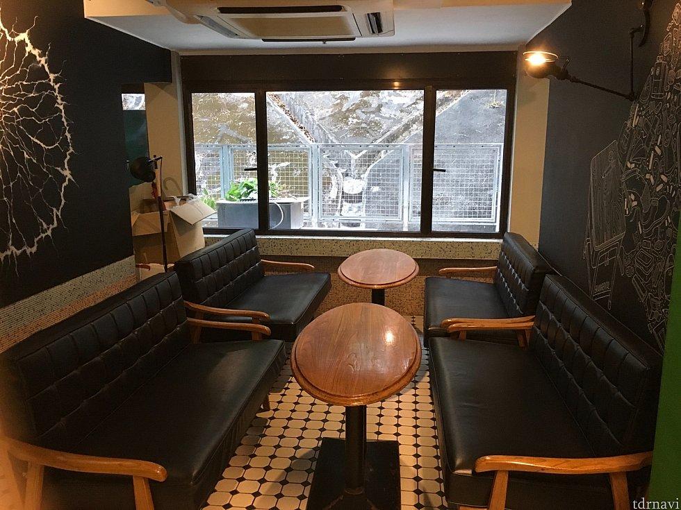 23時まではレストラン奥の交流室が使えます。勉強や仕事、談笑にどうぞ