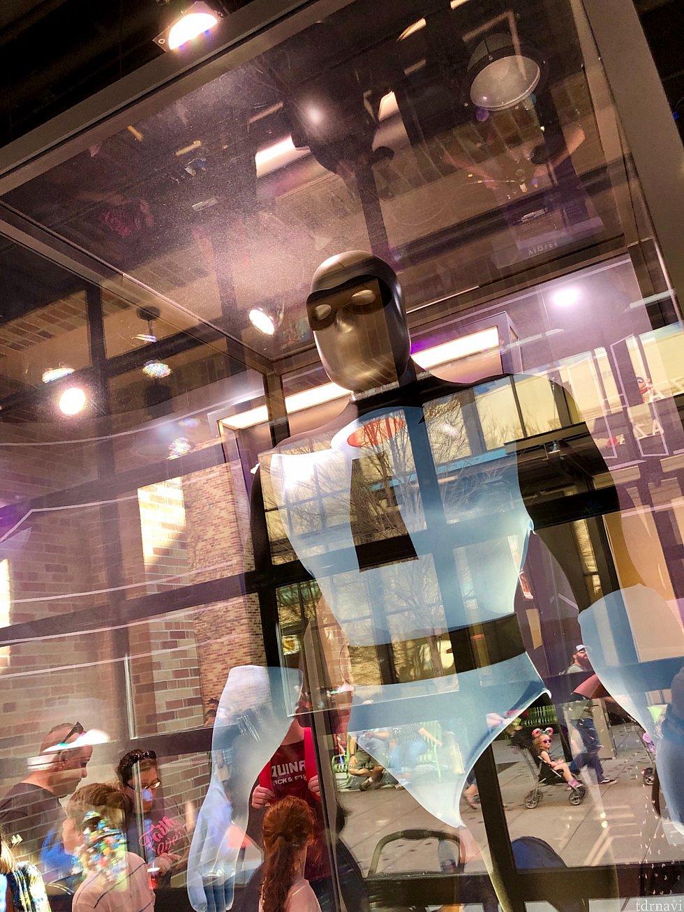 エドナのオフィスと言うことで、彼女がデザインしたヒーロー達のスーツが展示されています。