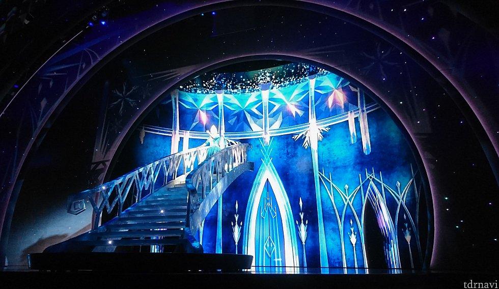 氷のお城のシーン。とにかくキレイです✨