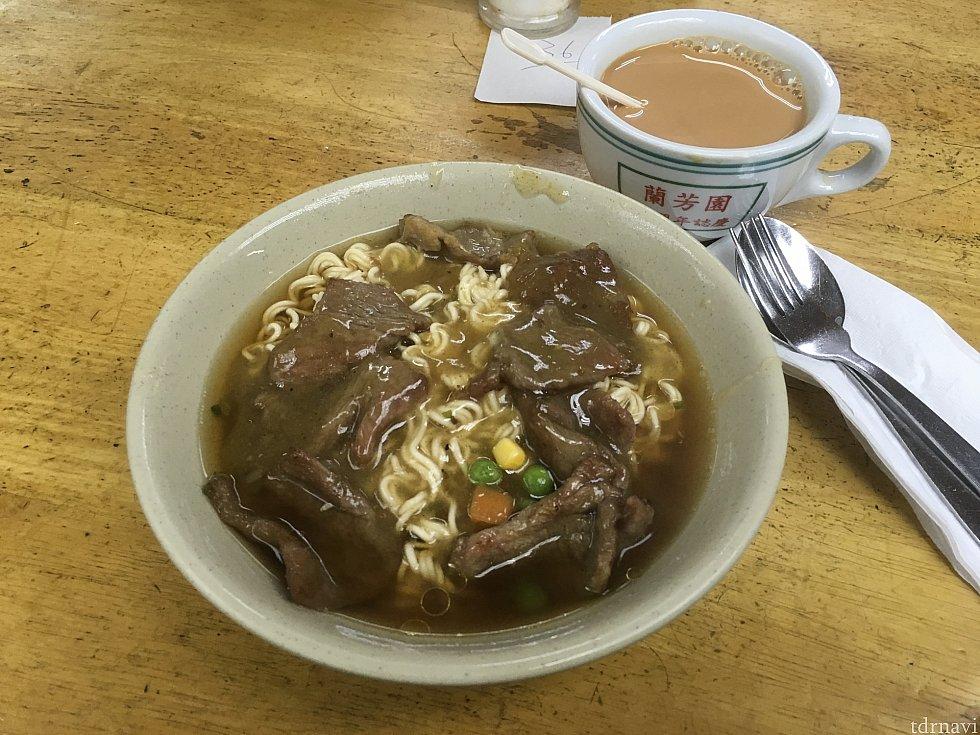濃いミルクティーと香港のソウルフード「出前一丁」を使った麺料理で朝ごはん。