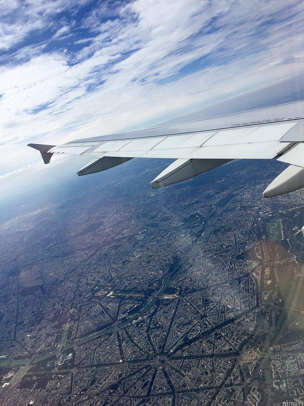 機内から見えた凱旋門とエッフェル塔。