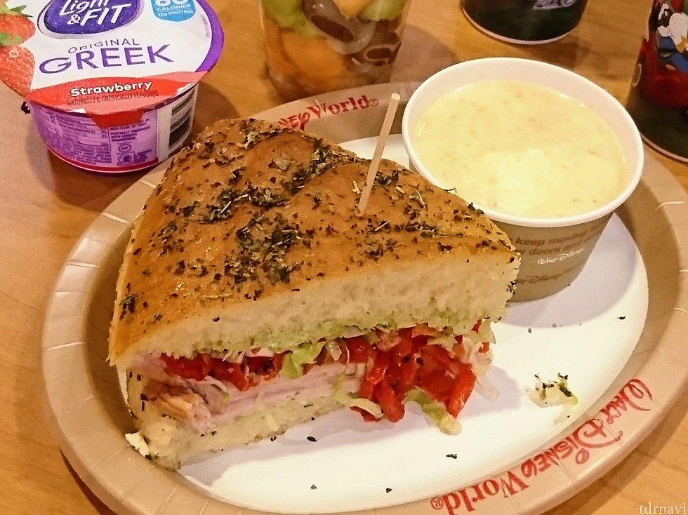 ターキーサンドイッチとポテトスープ。 巨大なフォカッチャのサンドイッチは、二人で分けてちょうど良かったです。
