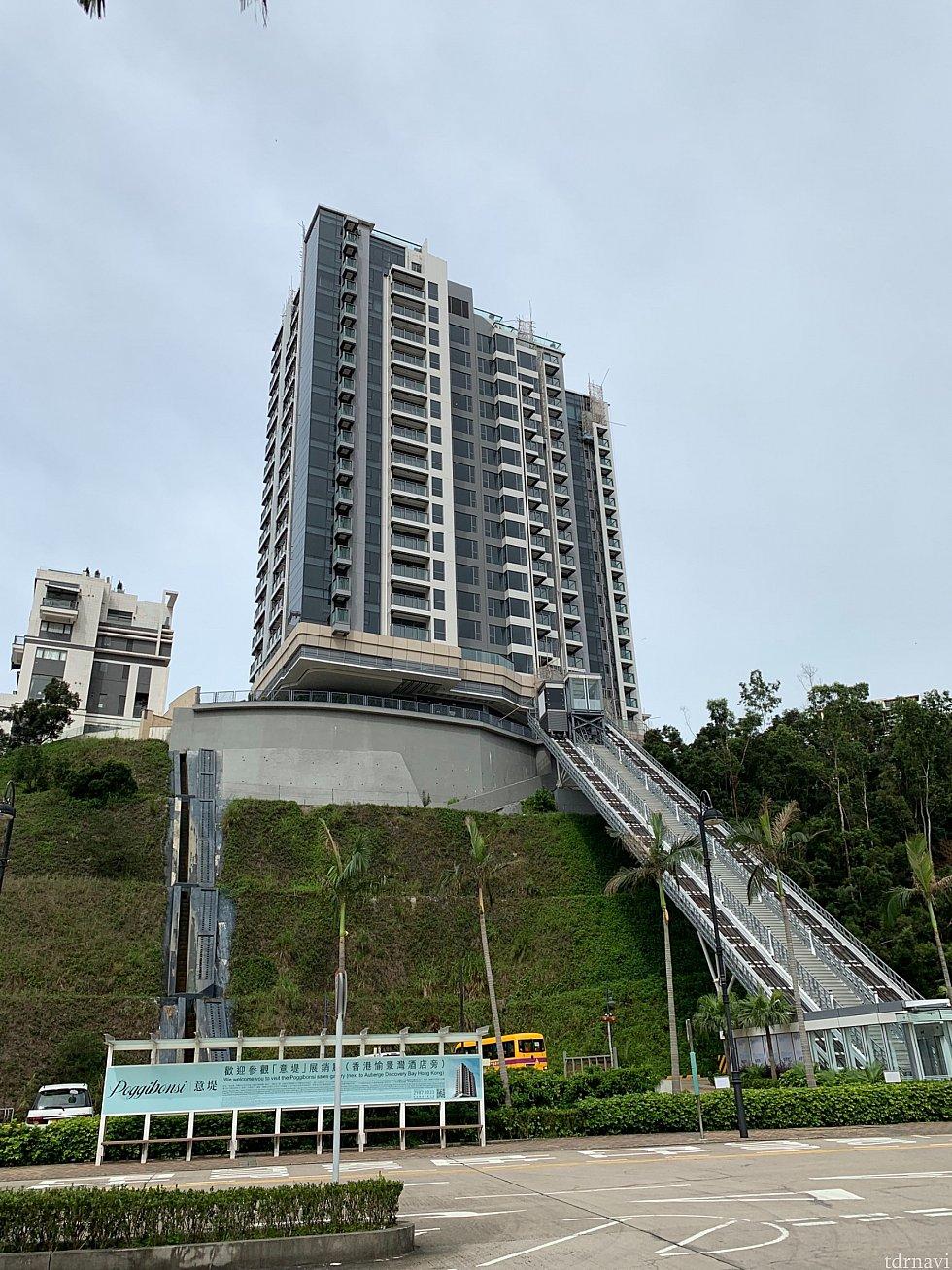 ホテルの反対側には別のホテルへつながるエレベータがあります。 トンネル抜けなくてもこちらから抜けられるかも???