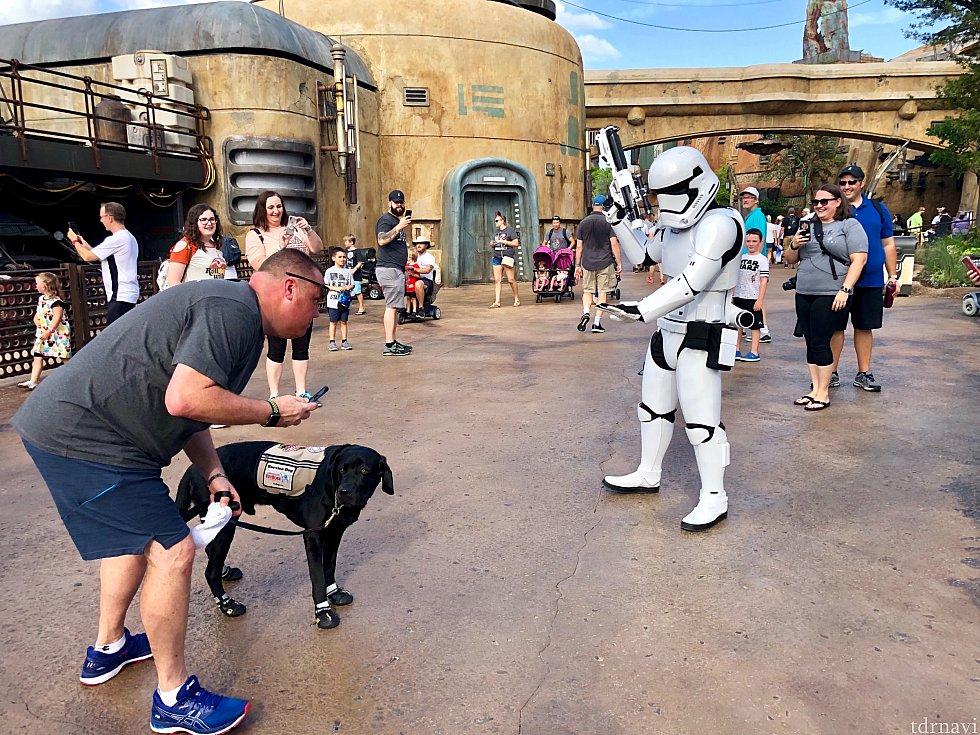 どうやら犬を見た事ないのか、苦手なのか怖がっている様子。「Take it easy!」と犬に向かって言っていました。周りのゲストもその様子を見て笑っていました。