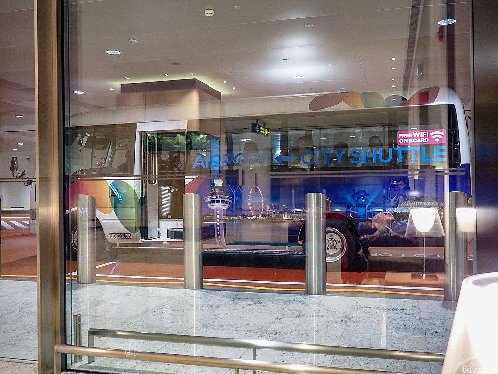 シャトルバスが来ると運転手さんが降りてきて、待合室にバスの番号を伝えてくれます。