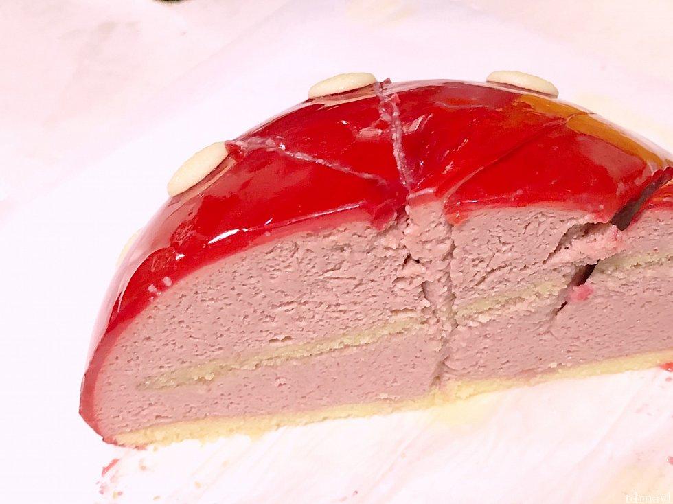 中身はシンプルな苺のムース