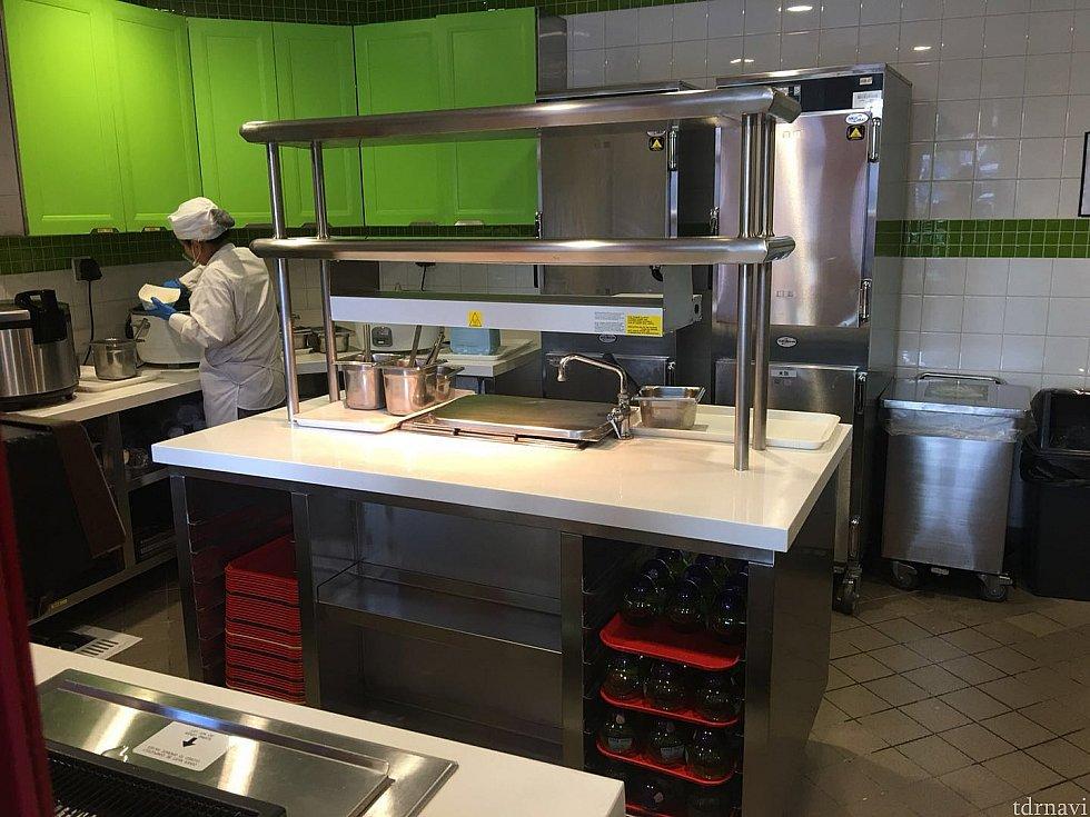 厨房の中もグリーンにカラーリングされていました。