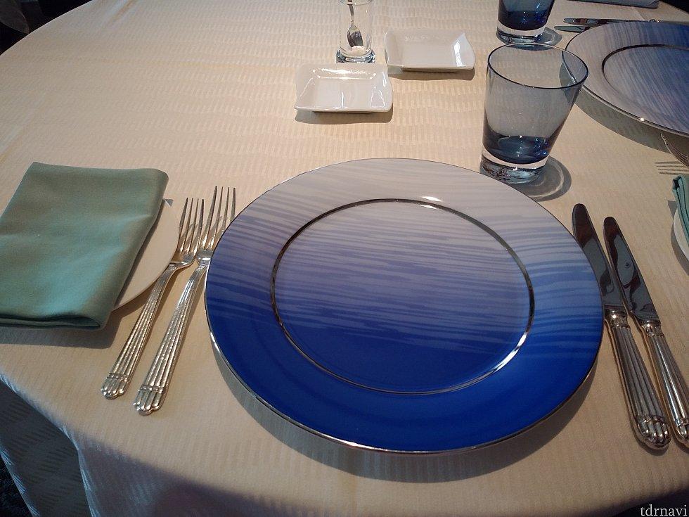 コースではお馴染みのテーブルセッティング。 青いお皿は前菜の前に回収されてしまいます。