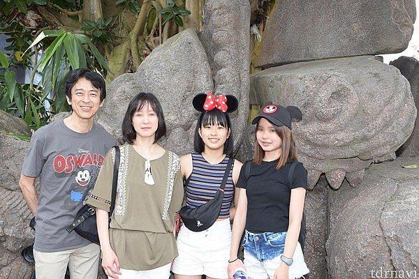 フォトパスカメラマンにお願いして家族で写真を撮ってもらいます。