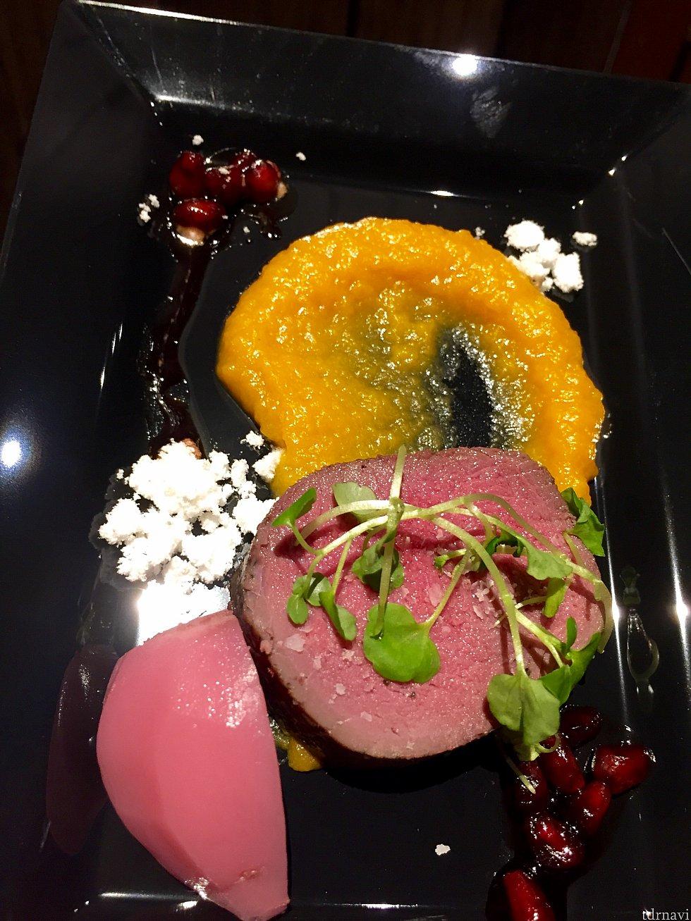 Sous Vide Venisonは鹿肉の料理です。バターナッツのピューレ、ザクロのソース、そしてカブのピクルスが添えられて、こちらもアーティスティック。高級レストランで出されてもおかしくないクオリティの高いアイテム。お肉がとても柔らかくて僕は気に入りました。