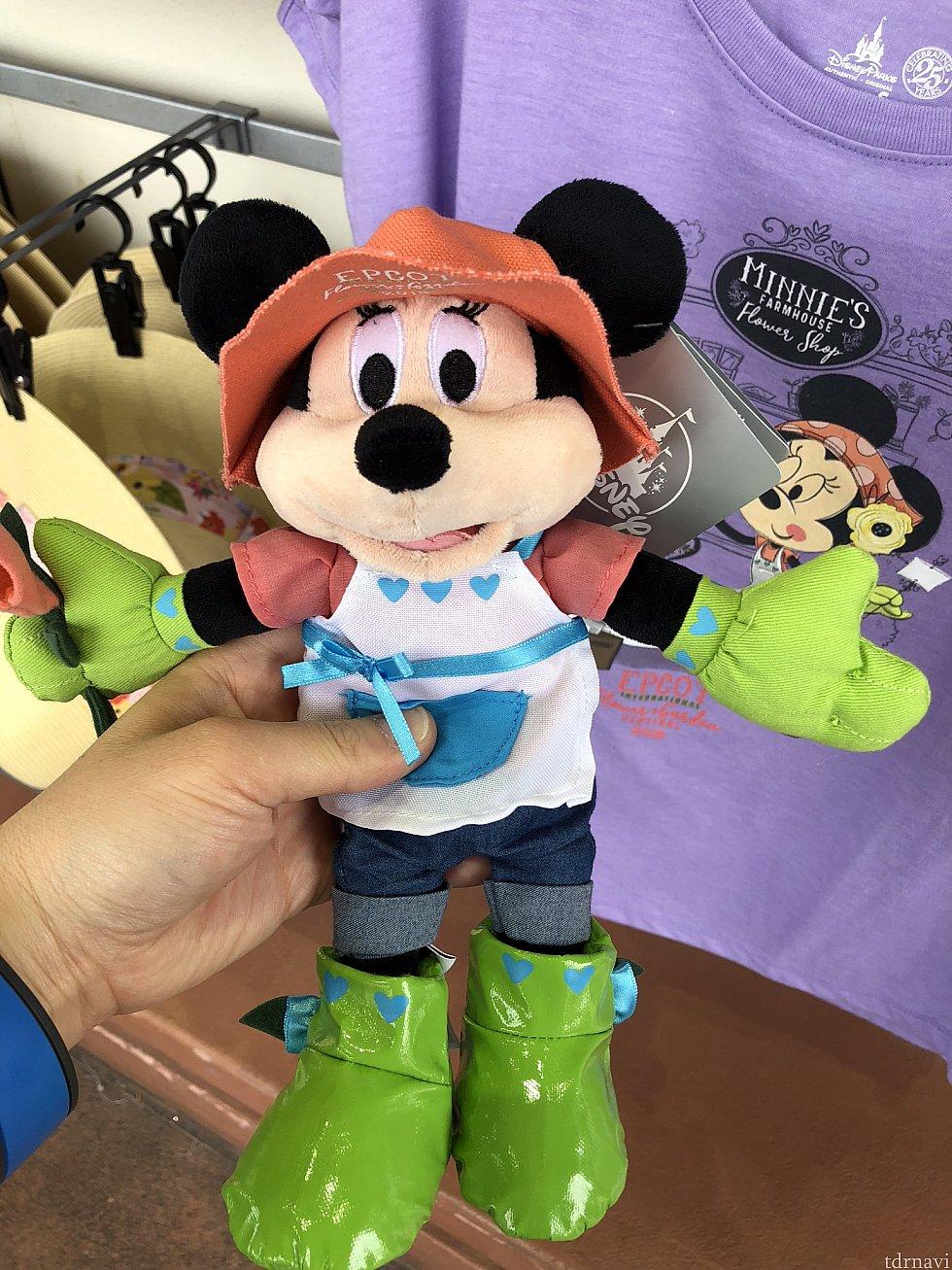 これが結構微妙なミニーのぬいぐるみ。最初はミッキーかと思いました。ガーデニングスタイルですね。$19.99