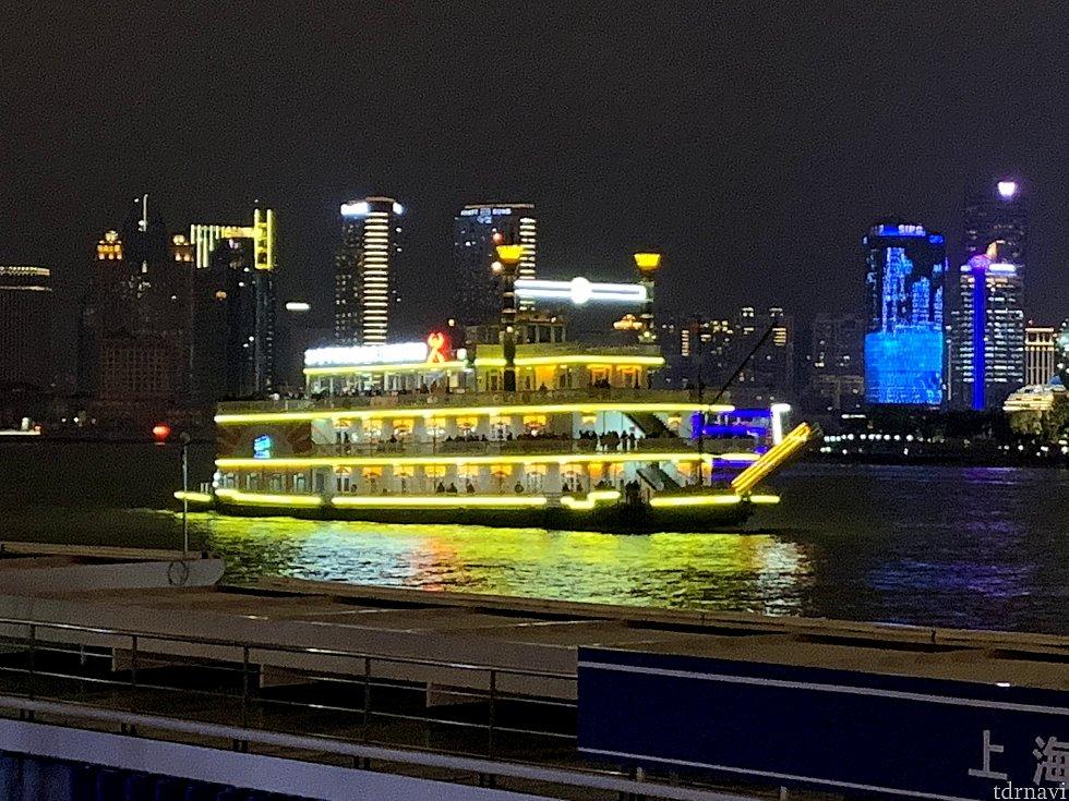 たまにこんな船も通ります。 蒸気船マークトウェイン号みたいですね。