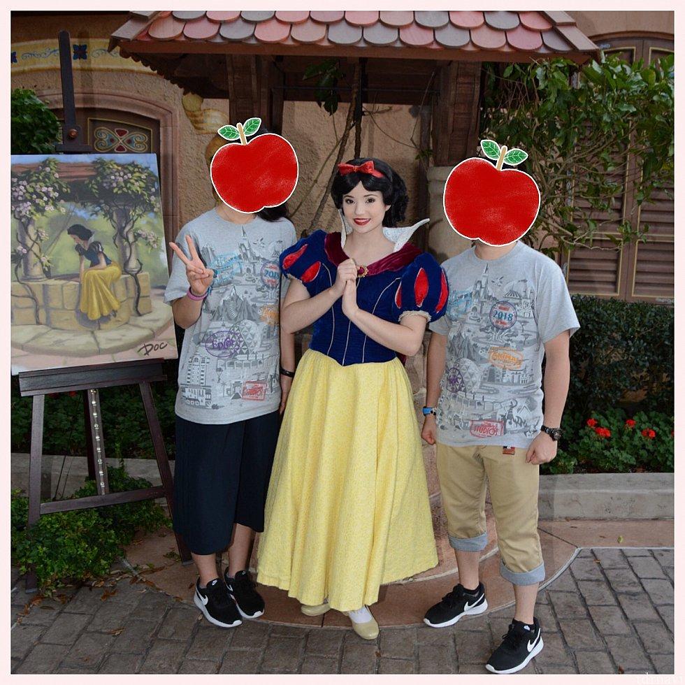 ドイツ館にある願いの井戸と白雪姫のイラストを背景に♡ 白雪姫そのものでした!