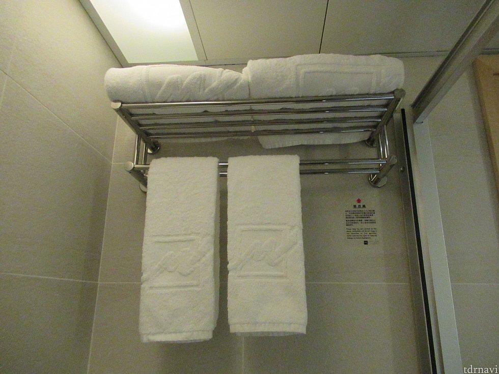 シャワールームにバスタオルとフェイスタオルがあります