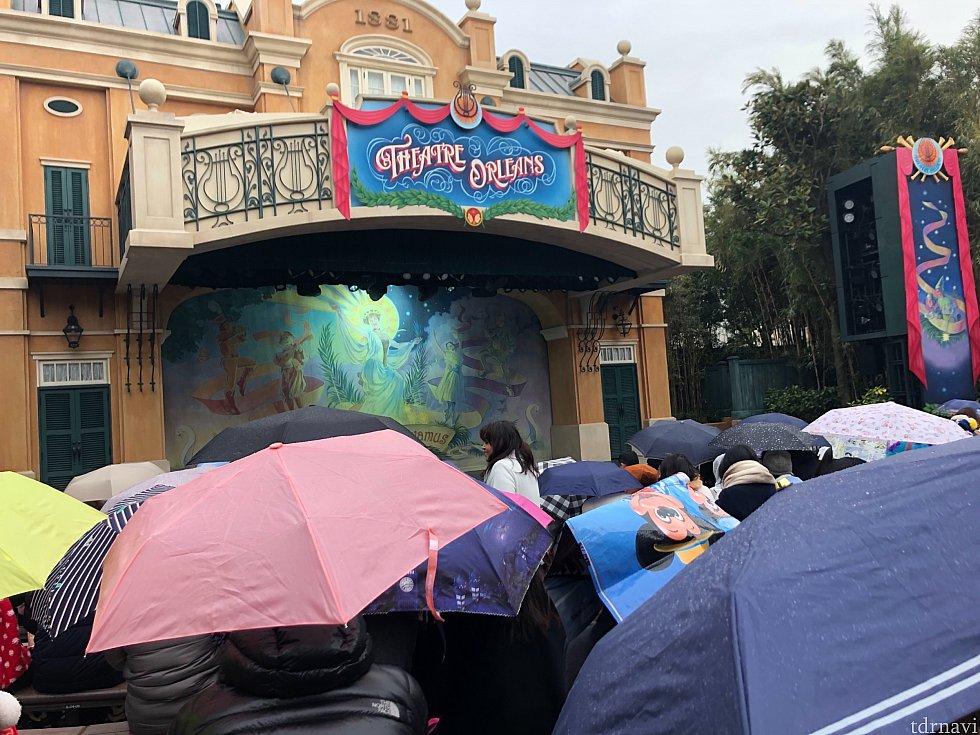 雨の中、待つゲストのみなさん。すでに諦めモードでした。