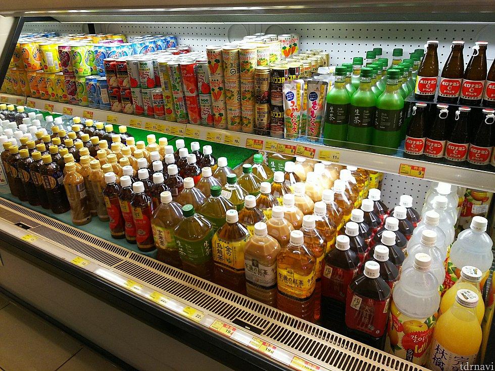 飲み物の中には日本のものも。500mlで11~16HK$なので、めちゃくちゃ高い感じもなく…味がわかっている分、安心して飲めますね。