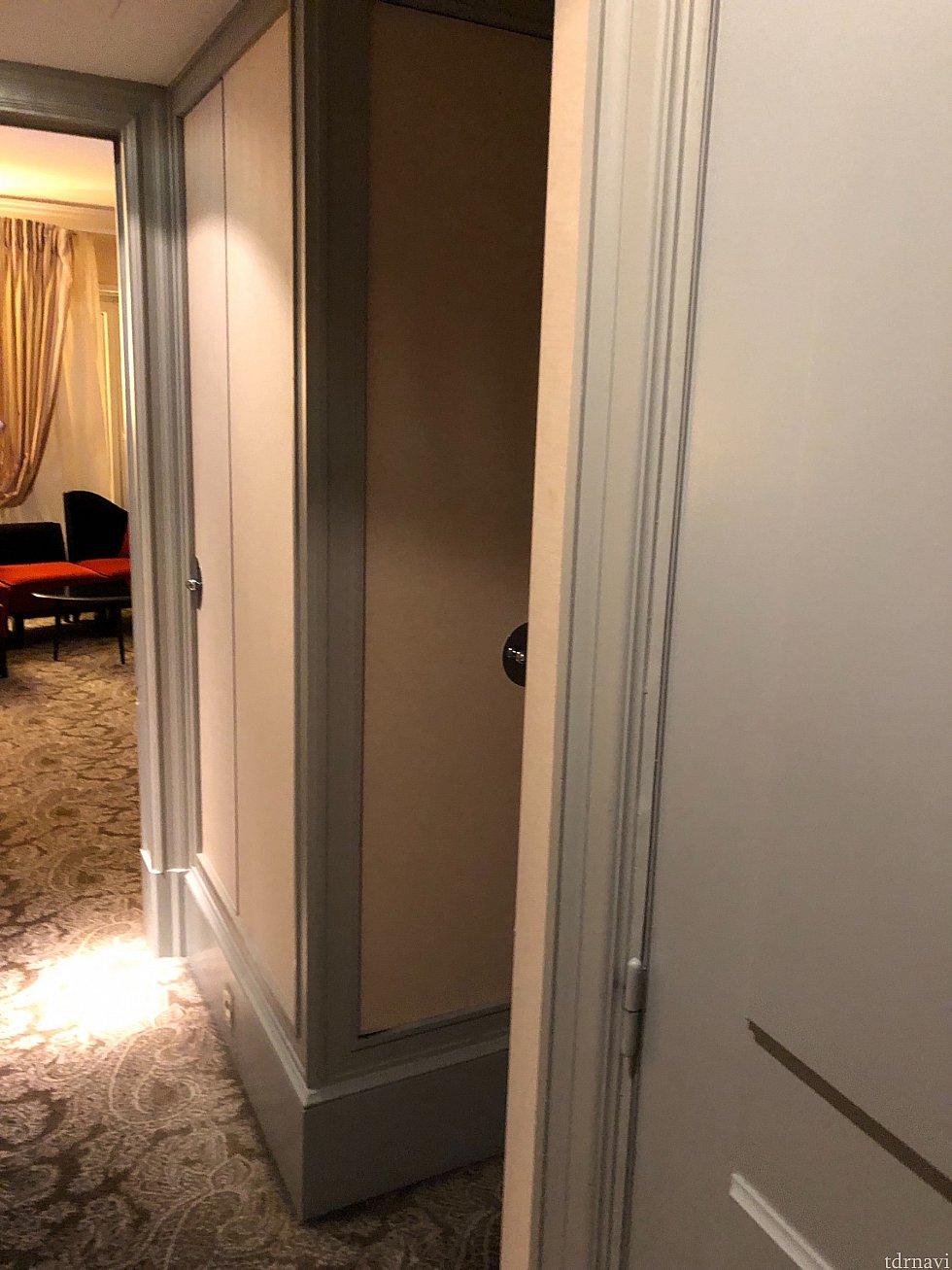 お部屋のドアは水色🦋でかわいいです