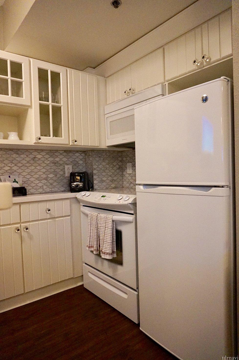 キッチン。大型冷蔵庫なのでたっぷり入ります。キッチンは全体的にアウラニよりもややコンパクトです。