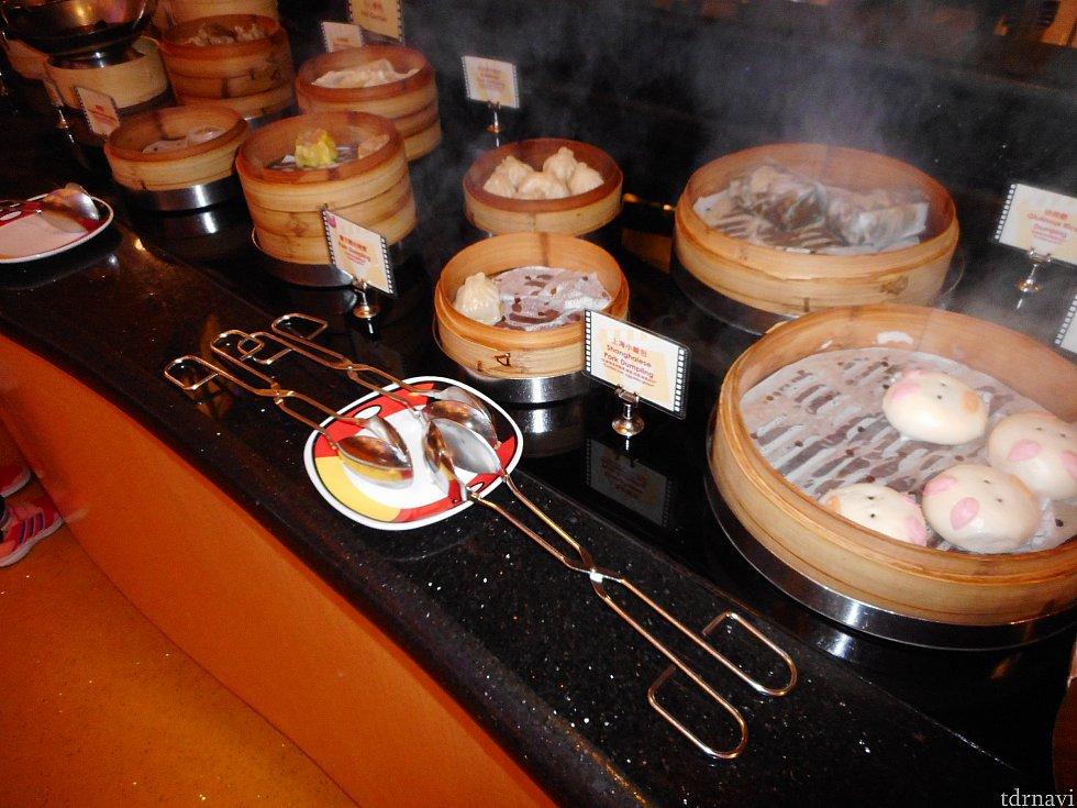 蒸し餃子が一番おいしかったです!何個でも行けそう! 赤い酢をかけて食べると美味しかったです♪