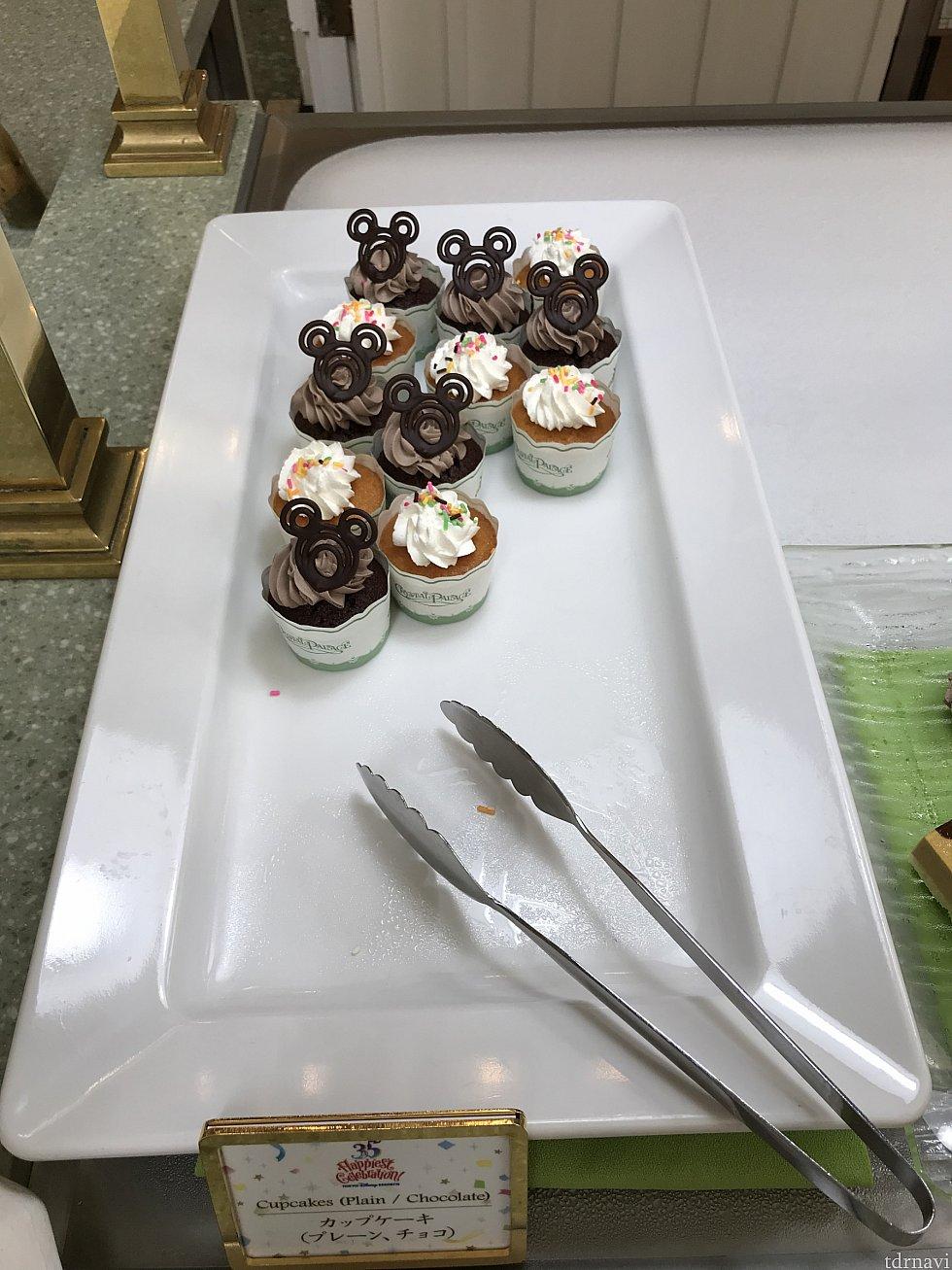 カップケーキ。プレーンとチョコ。