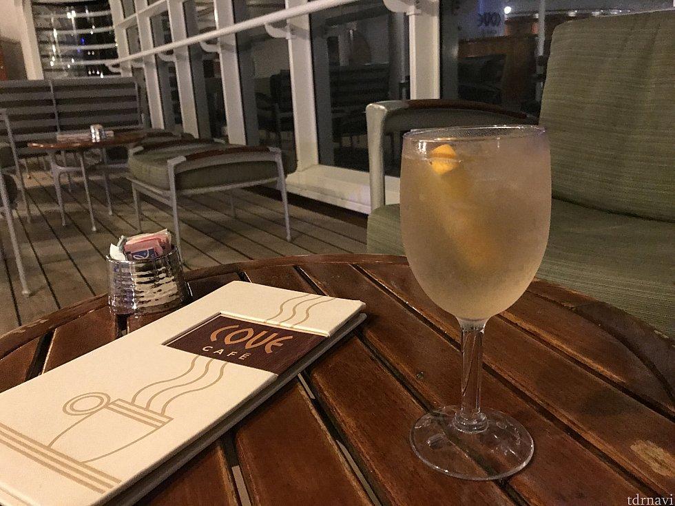 デッキ11にある、cove cafe。夜の海を見ながら寝る前の一杯。