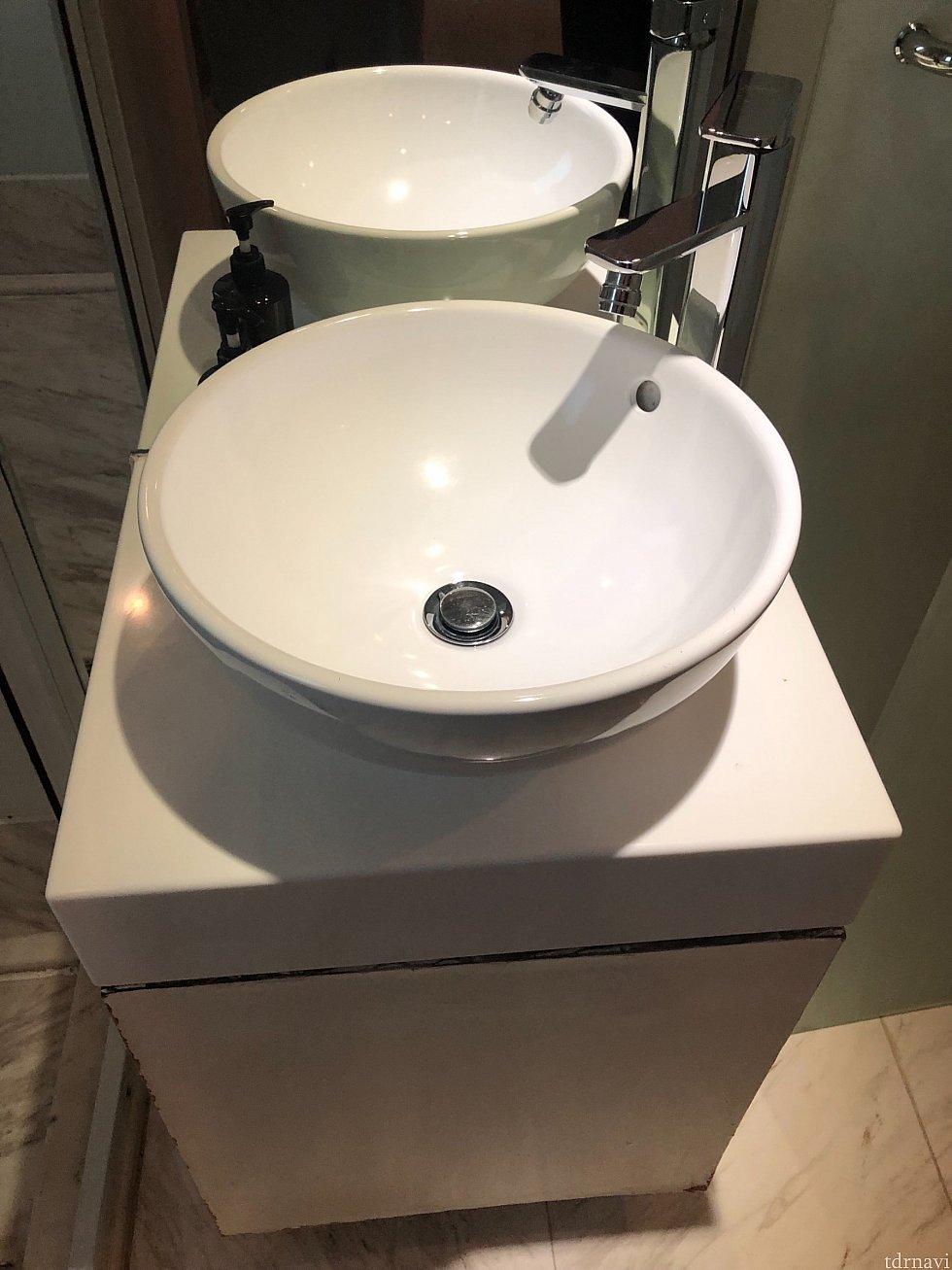 洗面台が小さめ。物を置く台もありません。