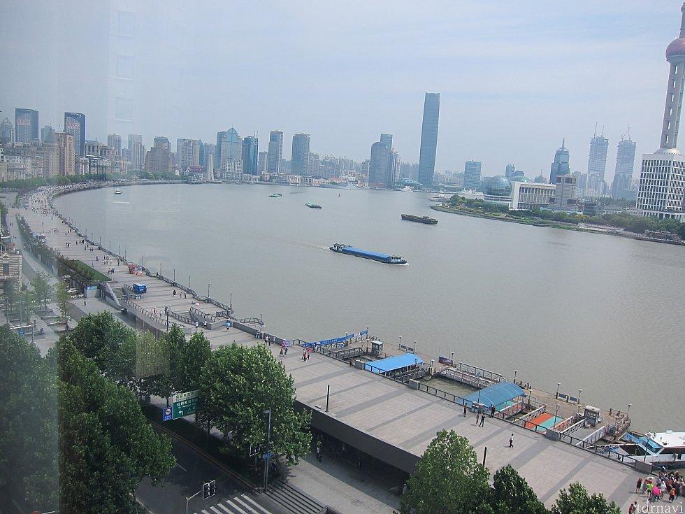 部屋の窓から見える景色(左方向)。この川はでかい貨物船が通る。